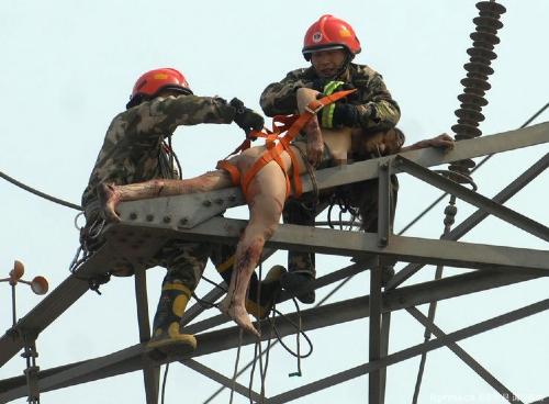 女子全身赤裸被挂高压电塔命悬一线