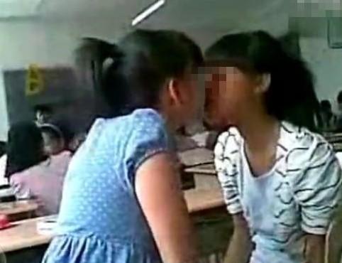 中学女生教室激吻